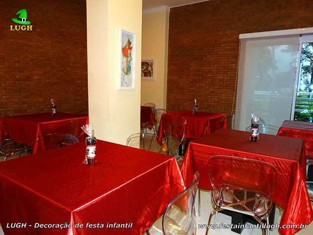Toalhas de cetim estampada com bolinhas pretas para mesa dos convidados - Tema Ladybug