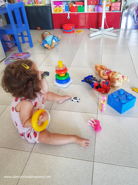 bambina e giochi
