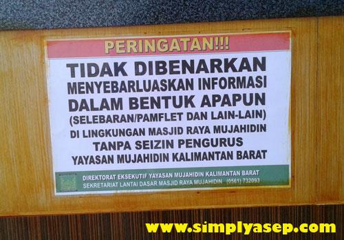 LARANGAN : Papan peringatan ditujukan untuk yang ingin pasang info atau brosur di lingkungan masjid Raya Mujahidin Pontianak. Foto Asep Haryono