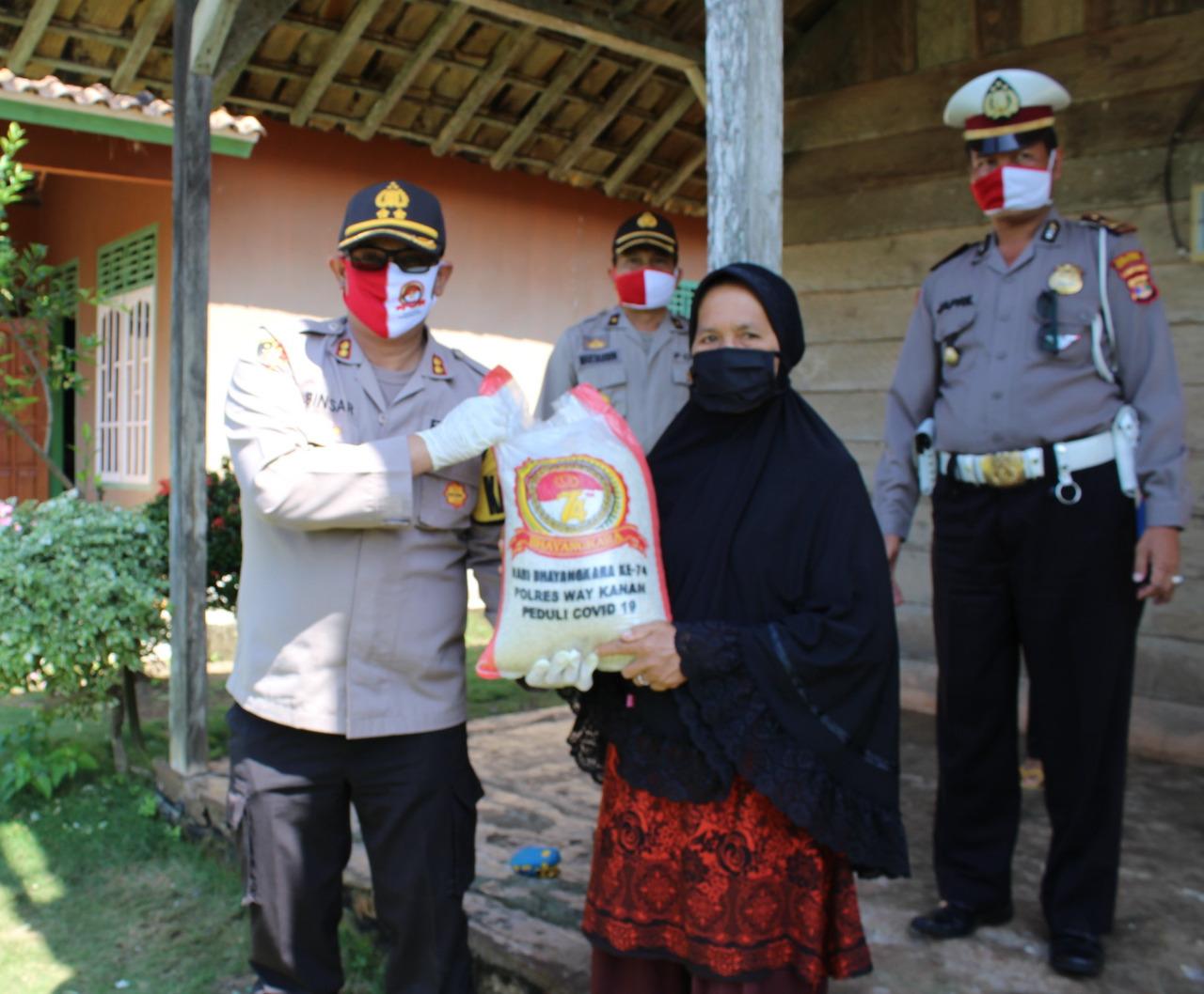 Puncak HUT Bhayangkara ke 74, Polres Way Kanan Bagikan Seribu Paket Sembako