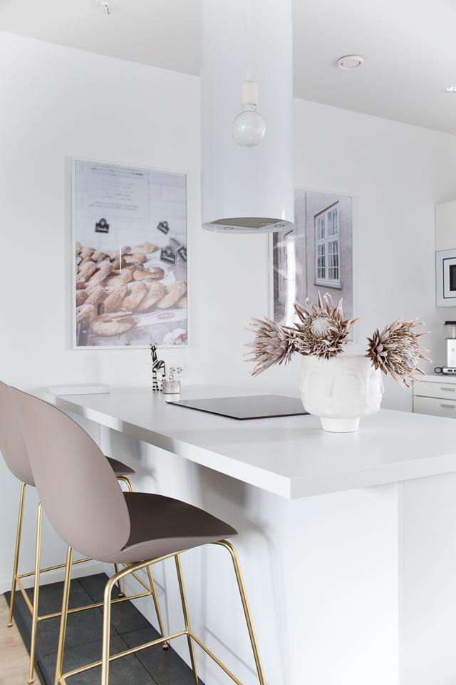 Villa H, keittiö, Gubi Beetle tuoli, Jonathan Adler Dora Maar, sisustus