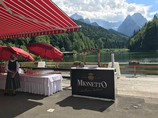 Fingerfood-Buffet und Mionetto-Bar, Bunte Sommerblumen-Hochzeit am See und in den Bergen, Riessersee Hotel Garmisch-Partenkirchen, Bayern, nahe der Zugspitze, Hochzeitsplanerin Uschi Glas