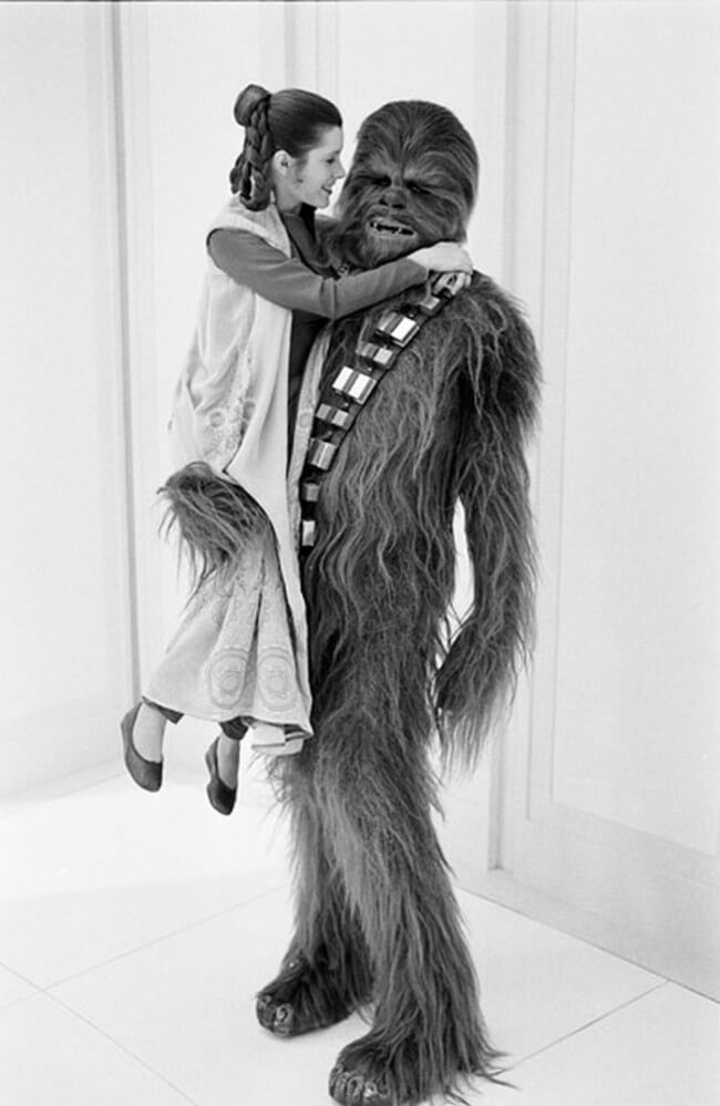 60 Iconic Behind-The-Scenes Pictures Of Actors That Underline The Difference Between Movies And Reality - Princess Leia and Chewbacca are officially BFFs.