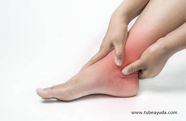una cantidad relativamente grande de ejercicio son las principales causas del edema de las extremidades inferiores.