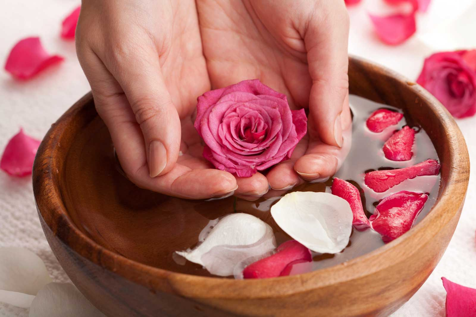 Bienfaits de l'eau de rose pour la peau, les cheveux et la santé