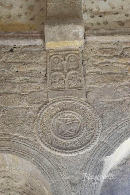 Detalle de medallón Santa María del Naranco