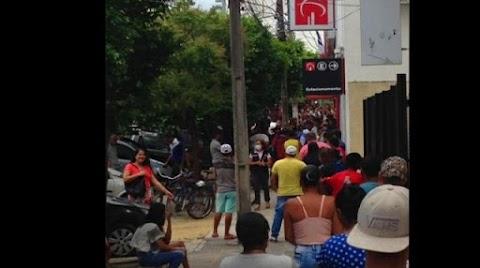 Em plena pandemia, Itapetinguenses fazem filas em porta de banco