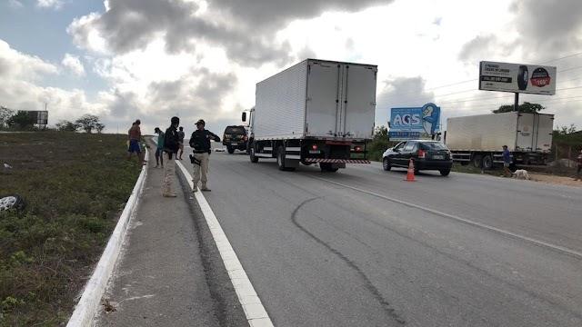 Homem morre ao ser atropelado por caminhão na BR-232, em Caruaru, PE