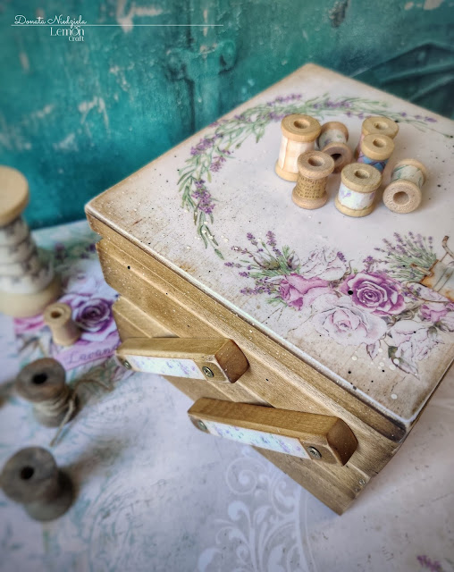 Każdy fragment przybornika krawieckiego handmade został dopieszczony przecierkami, chlapnięciami i innymi detalami