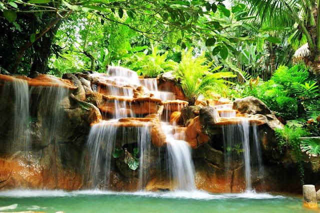Arenal calienta el agua para las aguas termales, en las que se construyen cascadas enteras de piscinas, estanques y cascadas.