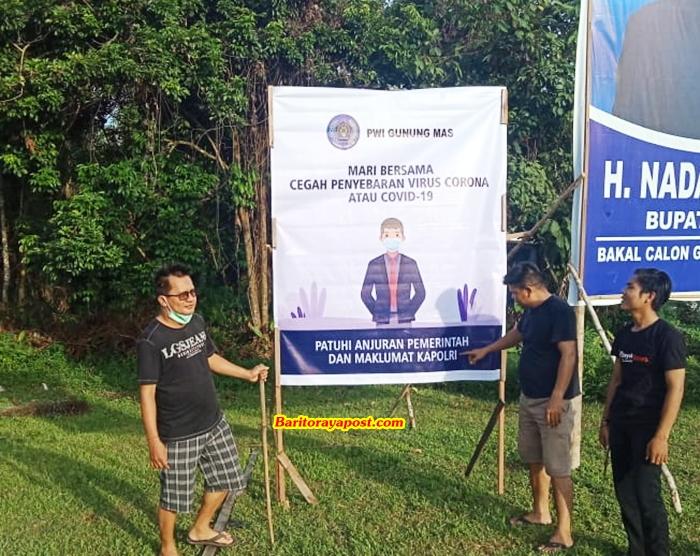 Stop Covid-19, PWI Gumas Pasang Spanduk Gerakan Kesadaran Masyarakat