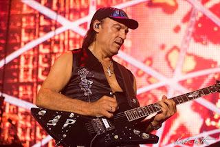 Matthias Jabs tocando guitarra no palco em Florianóplis
