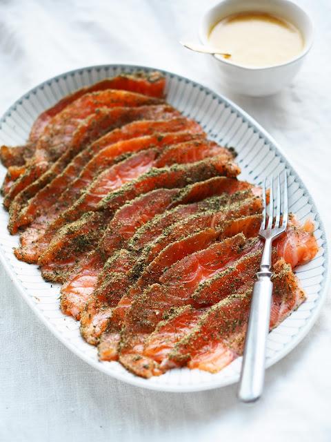 Graavilohi-fenkolilla, fenkolilohi, graavilohi, lohi-kuivatulla-fenkolilla, sinappikastike-lohelle, gravlax, gravlax-with-fennel, fennel-flavored-salmon, salmon-with-fennel