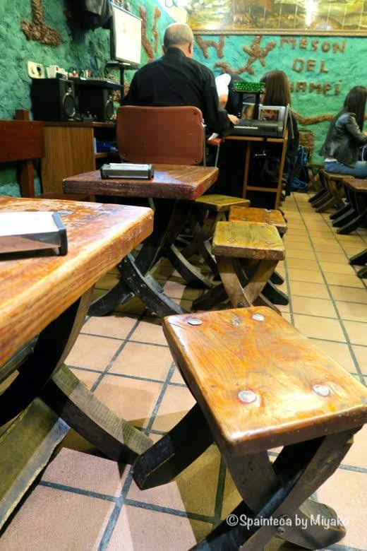Mesón del Champiñón マドリードのマッシュルーム店のレトロな木製の椅子とテーブル