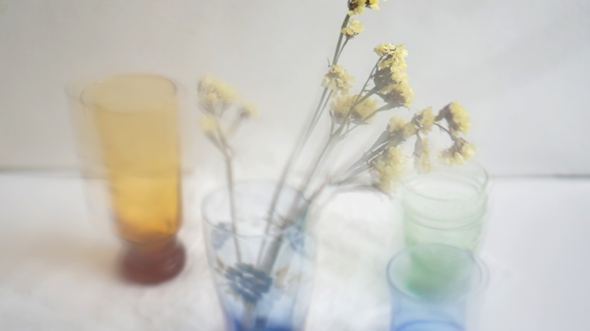 bunga statice yellow diambil dengan nuansa foto blur vintage