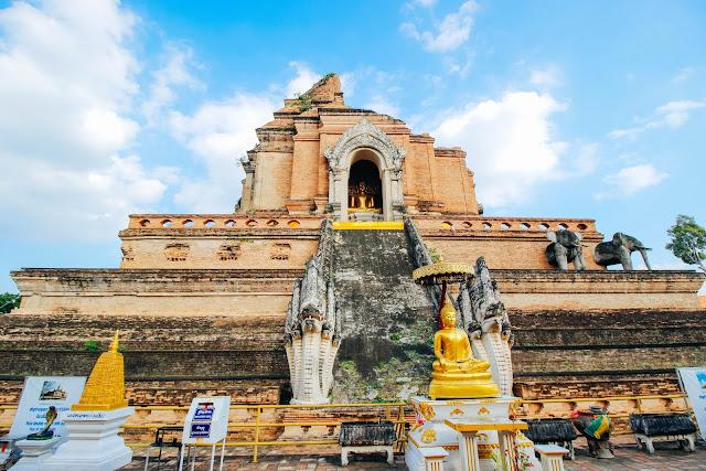 Để tìm hiểu về sự cổ kính của nơi đây, có lẽ du khách phải mất 1-2 ngày để có cái nhìn rõ nét về quá khứ của Chiang Mai. Bạn nên tới những đền thờ, đài tưởng niệm với lối kiến trúc ảnh hưởng từ Miến Điện và văn hóa Trung Hoa. Tại những đền thờ, du khách đều có thể bắt gặp những bức tranh tường cổ, những viên gạch khắc họa tinh tế hay những bức tượng phật dát vàng.