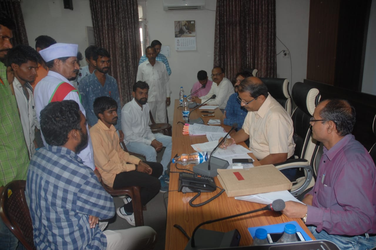 Jhabua News- कलेक्टर प्रबल सिपाहा ने जनसुवाई में सुनी आमजन की समस्याए