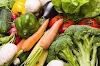 फोरव्हीलर और पर्सनल गाड़ियों पर सब्ज़ी बेचने वालों से परेशान सब्जी विक्रेता