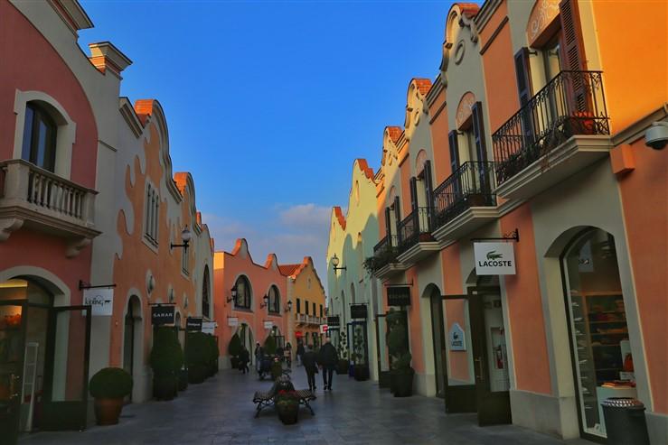 La roca village the ultimate luxury shopping destination for Distribuidor roca barcelona