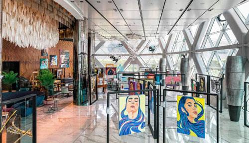 Andaz menempatkan panggung pusat seni Emirati. Andaz