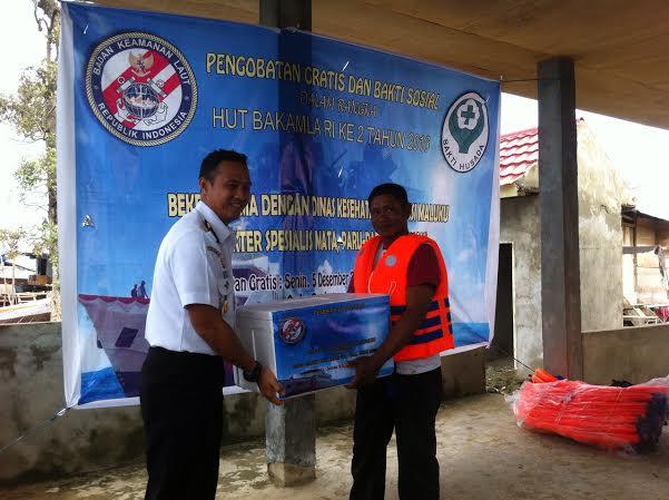 Bakamla RI Bagikan Life Jacket di Kabupaten Seram Bagian Timur