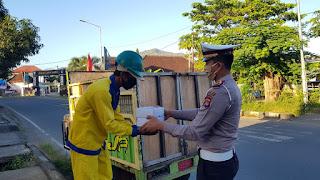 SatLantas Polres Sumbawa Barat Bagikan Nasi Kotak Gratis