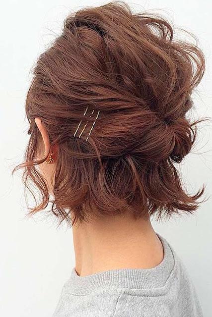 Se você tem cabelo curto, quer fazer penteados lindos, mas não faz ideia de como fazer! Aqui você vai encontrar 5 inspirações de penteados fáceis para cabelos curtos. Você consegue fazer sozinha em alguns minutos penteados charmosos e lindos para arrasar.