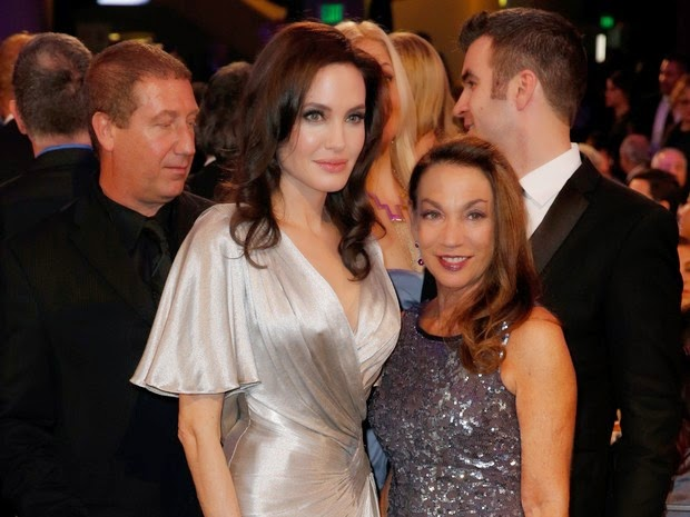 Angelina Jolie poses for photo prize in Los Angeles