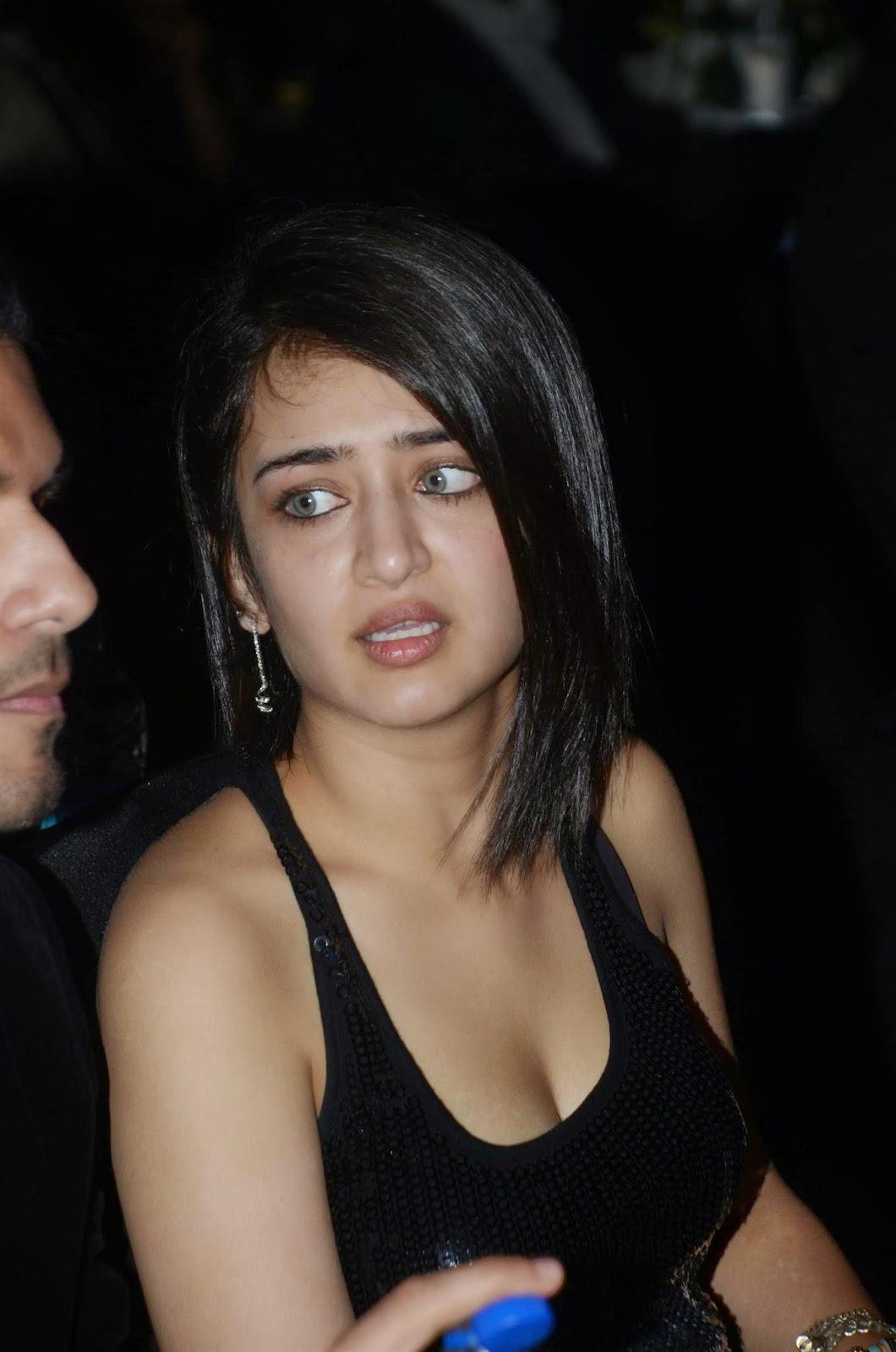 Akshara Haasan Super Sexy Cleavage Pictures in Black Dress