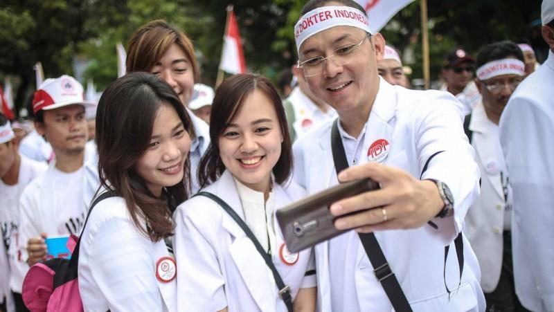 Sejumlah dokter berselfie saat melakukan aksi unjuk rasa di Jakarta