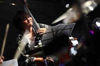 吉川大介、ベースを弾く