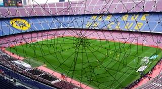 estadio de fútbol vacío con telarañas