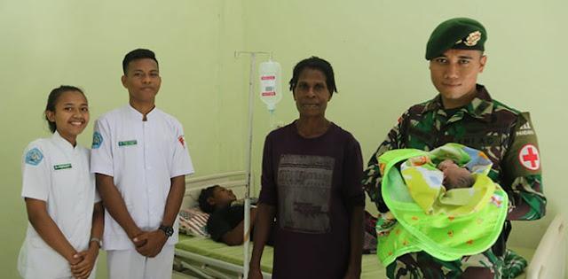 Dibantu Anggota TNI, Seorang Ibu Di Kampung Erambu Papua Lahirkan Bayi Mungil