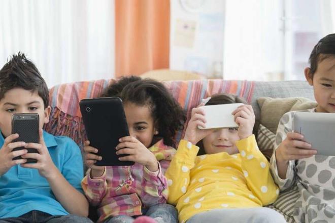 Orangtua Wajib Baca, 5 Bahaya Smartphone Bagi Mental dan Otak Anak Balita