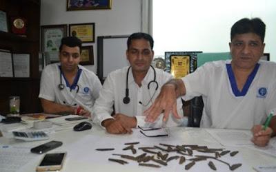 الهند، بلد العجائب، هندي يبتلع السكاكين