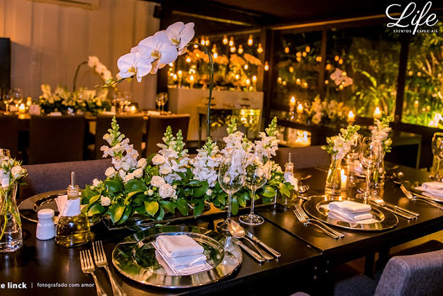 micro wedding em porto alegre casamento com poucos convidados elegante minimalista delicado sofisticado com decoração em branco verde e prata e lampadas filetadas por life eventos especiais
