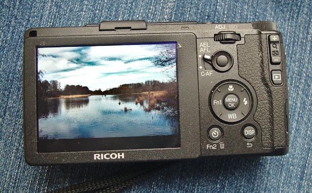 Ricoh GR II von hinten mit Display und Landschaft auf dem Display