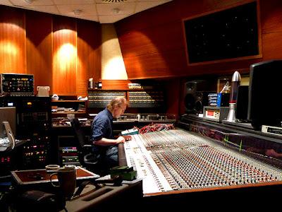 Eloy : Frank Bornemann mixe Decay of Logos, Horus Studios, 2 septembre 2013 / photo S. Mazars