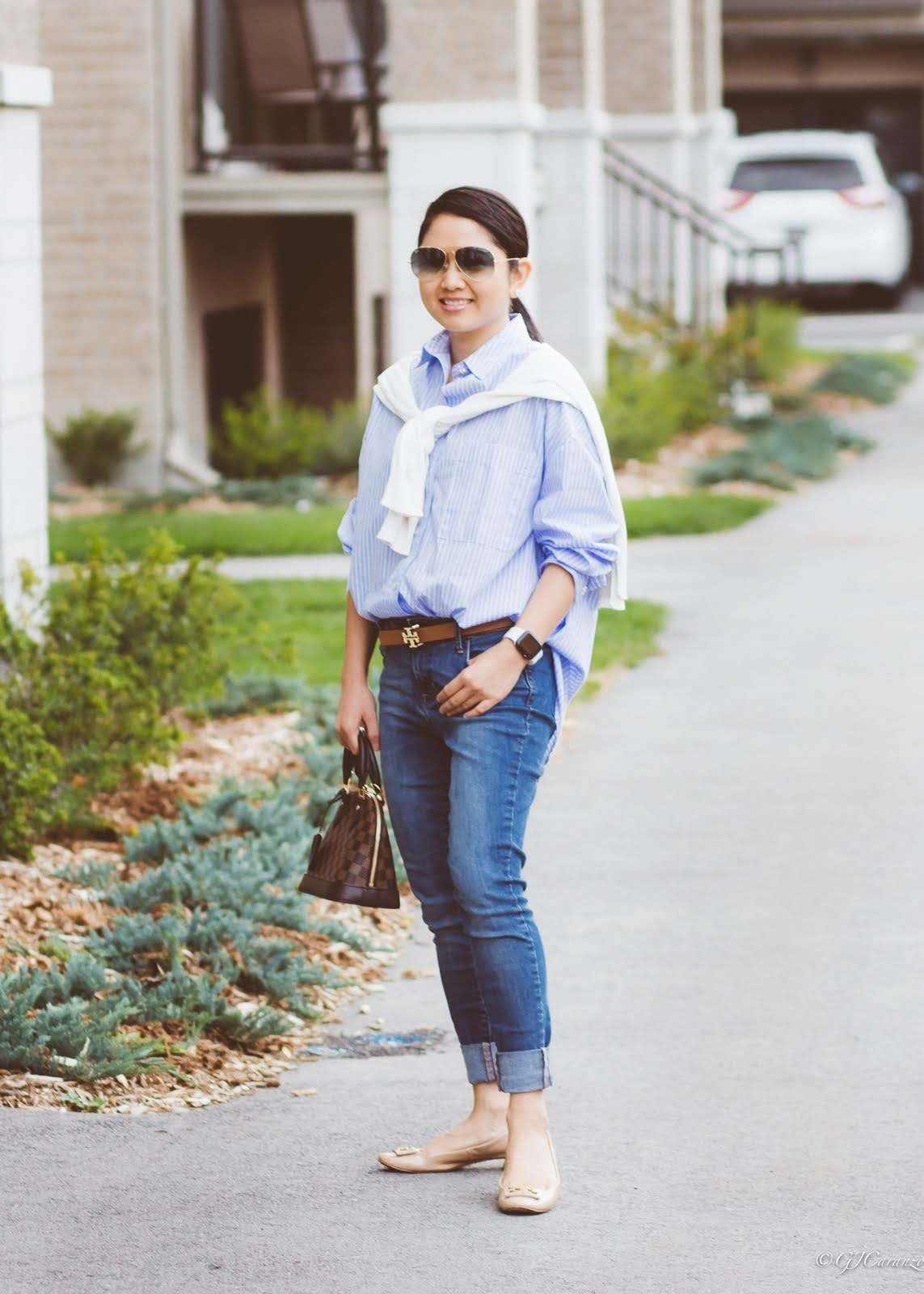 oversize stripe shirt_blue jeans_rayban blue aviator sunglasses_louis vuitton alma bb bag_tory burch reversible belt_nude patent pumps_petite fashion_white sweater_mom style