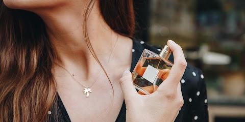 Hamisított parfümöket és kozmetikumokat foglalt le a NAV Budapesten