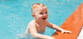 نصائح لتعليم الطفل السباحة