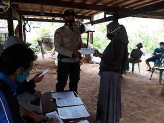 Bhabinkamtibmas Kawal Dan Serahkan Bantuan BLT DD Di Desa Binaannya