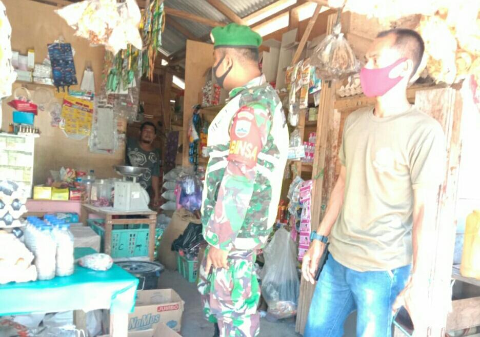 Babinsa Desa Kelanga Lakukan Komsos Dengan Warga Pemilik Warung Sembako