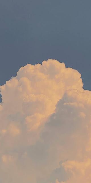 Mây trắng mềm mại trên bầu trời xanh