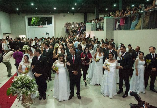 Casamento coletivo celebra o amor de 215 casais no Recife