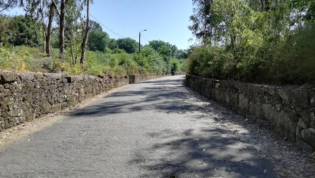 Estrada de acesso á praia fluvial Navarra