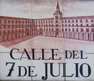 La placa cerámica representa un dibujo parcial de la plaza Mayor.