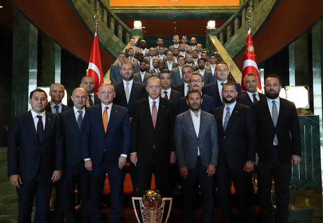Οι Τούρκοι αξιωματούχοι παράγουν και πετούν λάσπη