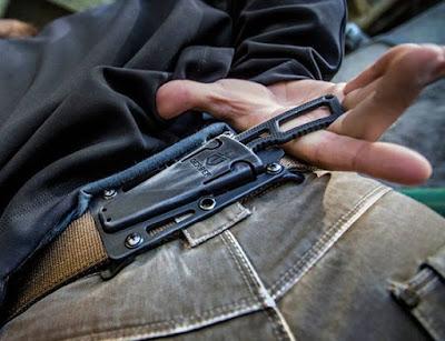 couteau discret port ceinture dans le dos pour défense personnelle