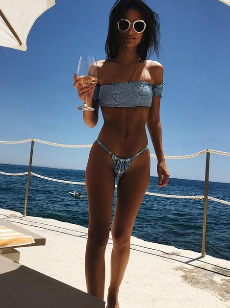 Emily Ratajkowski turns on the nets with tiny bikini